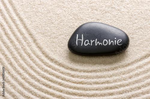 Fotografie, Obraz  Schwarzer Stein mit der Aufschrift Harmonie
