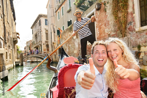 Papiers peints Gondoles Travel concept - happy couple in Venice gondola