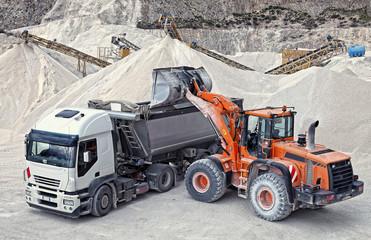 Fototapeta Środki transportu carico e trasporto materiale inerte