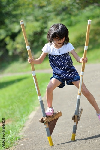 Fotografia, Obraz  竹馬の練習をしてる女の子