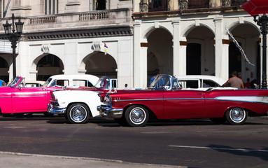 Kuba Havanna Oldtimer vor historischem Gebäude