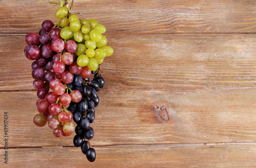 wiazki-winogrona-na-drewnianym-tle