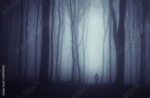 upiorny-ciemny-las-z-tajemniczym-mezczyzna-chodzacym-po-sciezce