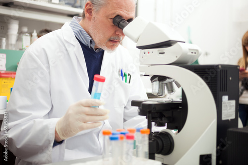 Fotografía  Scientist working in a laboratory