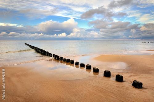 Fototapeta premium Morze, piękna plaża o wschodzie słońca