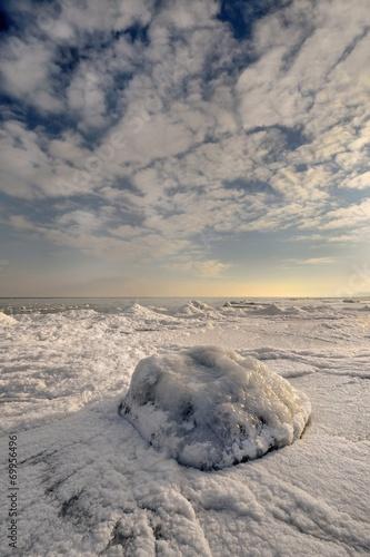 Fotobehang - Morze, zima, wybrzeże z oblodzoną plażą