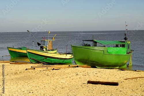 Fotobehang - Morze, łodzie rybackie na plaży