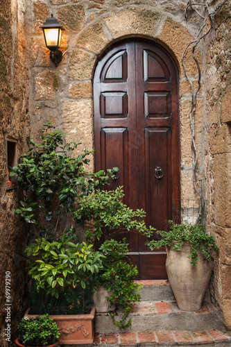 drzwi-w-alei-starego-toskanskiego-miasta-we-wloszech