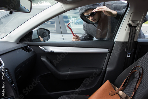Fotografía  Thief is looking for unattended valuables left in a car
