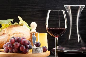 Panel Szklany Rotwein mit Käseplatte Weintrauben und Brot