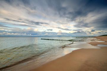 Obraz na SzkleMorze, piękna plaża o wschodzie słońca