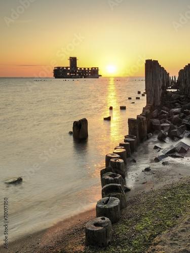 Fotobehang - Morze, stara torpedownia oraz drewniany falochron