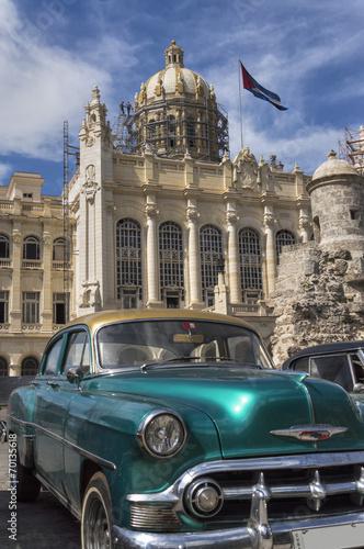 stary-amerykanski-samochod-przed-palacem-prezydenckim-w-hawanie