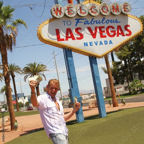 Mann jubelt über Dollarnoten / Las Vegas / Glücksspiel Poster