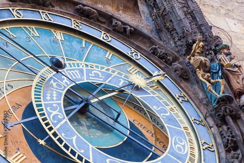 Staande foto Praag astronomische Uhr am historischen Rathausturm in Prag