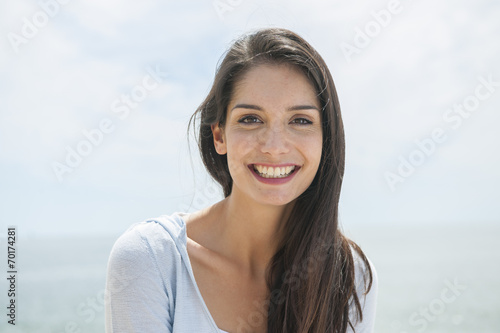 Photographie  portrait of a beautiful woman before the sea in summertime