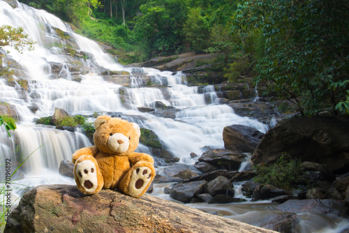 Fototapeten Forest river Brown bear sitting at the waterfall