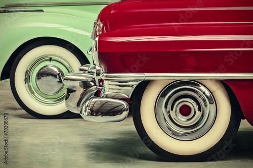 Obraz Obraz w stylu retro dwóch zabytkowych samochodów amerykańskich - fototapety do salonu