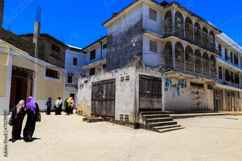 Poster Zanzibar Veiled women walking through a city street