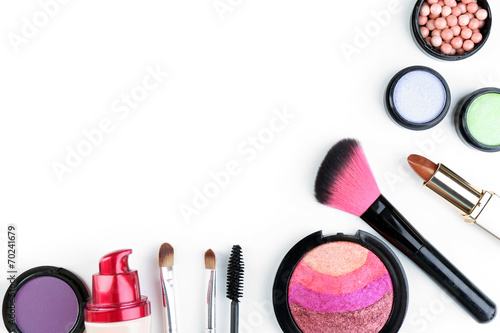 Fotografía  Beautiful decorative cosmetics and makeup brushes, isolated