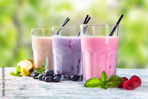 Fotografia Fresh fruits milk shake on wood