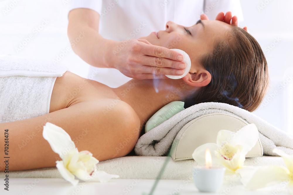 Fototapeta Pielęgnacja skóry twarzy, kobieta w salonie kosmetycznym