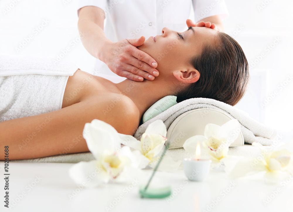 Fototapeta Gabinet kosmetyczny -kobieta na masażu twarzy