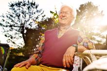 Anziano Seduto In Giardino Al ...