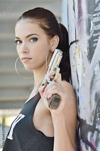 Photo beautiful sexy girl holding gun