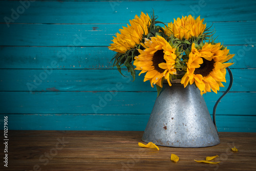Fotografía  sunflower in metal vase