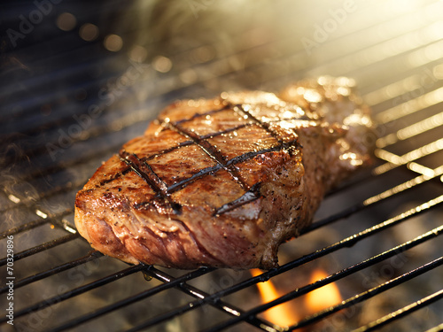 Papiers peints Steakhouse steak with cooking on grill