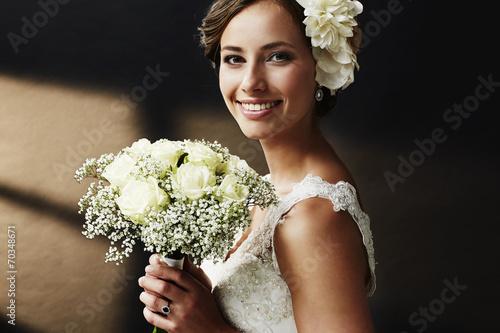 Cuadros en Lienzo Stunning young bride holding bouquet, portrait.