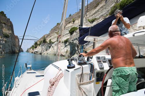 Obraz na plátně Segler fahren mit dem Schiff durch den Kanal von Korinth