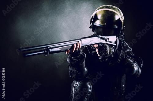 Foto soldier with shotgun