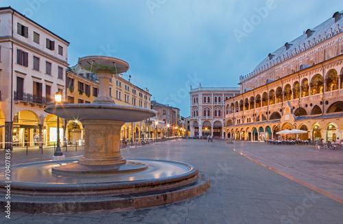 Fotografie, Obraz Padua - Piazza delle Erbe in evening dusk and Palazzo Ragione.