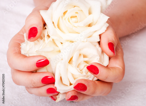 Photo  Closeup image of red manicure with flowers