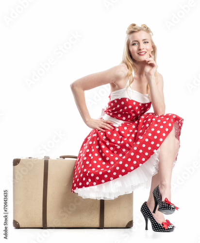Fotografie, Tablou Eine Frau sitzt auf einem Koffer und wartet