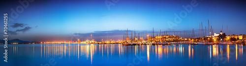 Plakat Panoramiczny zmierzch pejzaż miejski z odbiciem w morzu