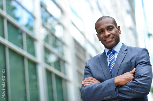 Fotografia  African business man keeping arms crossed
