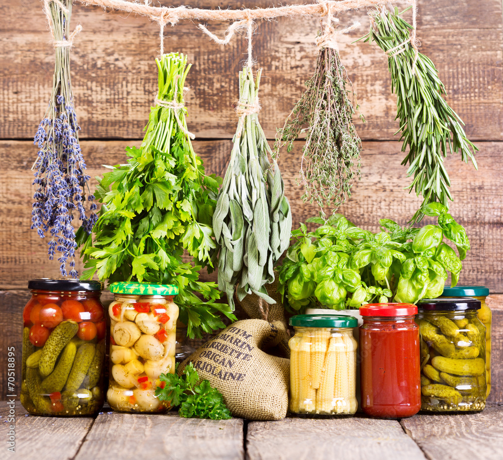 różne świeże zioła i żywność w puszkach <span>plik: #70518895 | autor: Nitr</span>