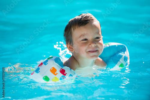 Fotografie, Obraz  enfant avec des brassards- à la piscine