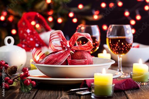 Fotografía  Christmas dishware on the table