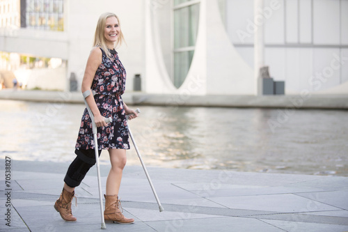Foto blonde woman with crutches