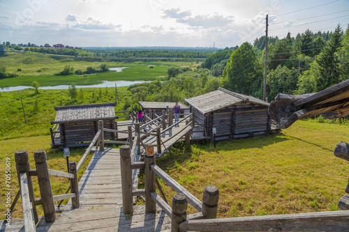 Keuken foto achterwand Малые Корелы, Россия. Пейзаж с банями на крутом берегу реки
