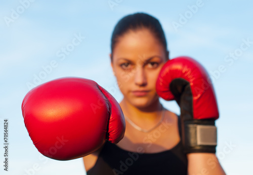 Photo  Kickboxing girl exercising in the nature