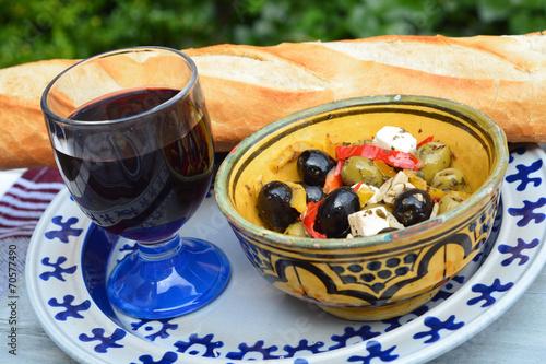 Photo Stands Grocery Een schaaltje olijven met stokbrood en rode wijn.