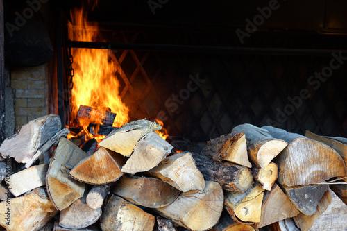 Canvas Print Un feu de cheminée avec des rondins de bois