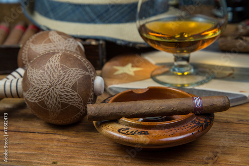 cygara-i-rum-lub-alkohol-na-stole