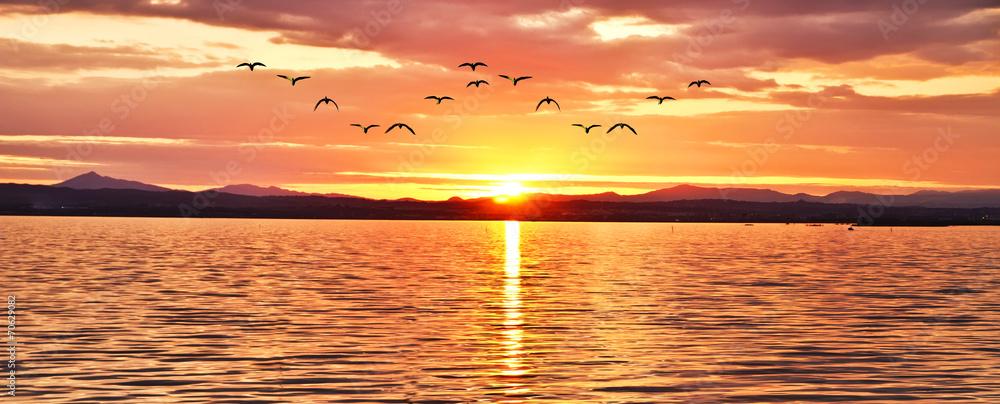 Fototapeta amanecer radiante sobre el mar