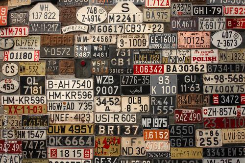 tablice-rejestracyjne-na-scianie